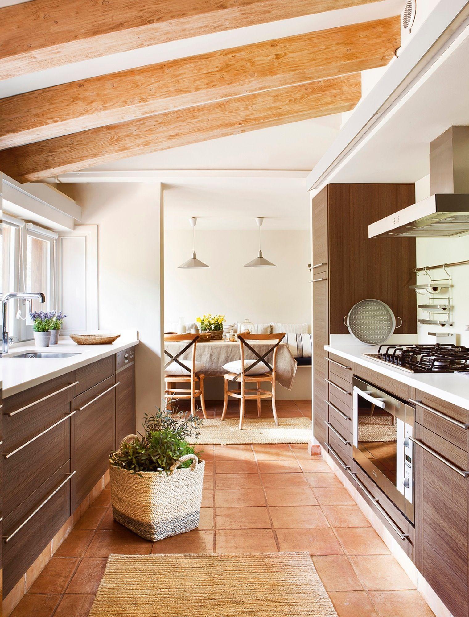 Espacios comunes. La cocina, el office y el comedor comparten la ...