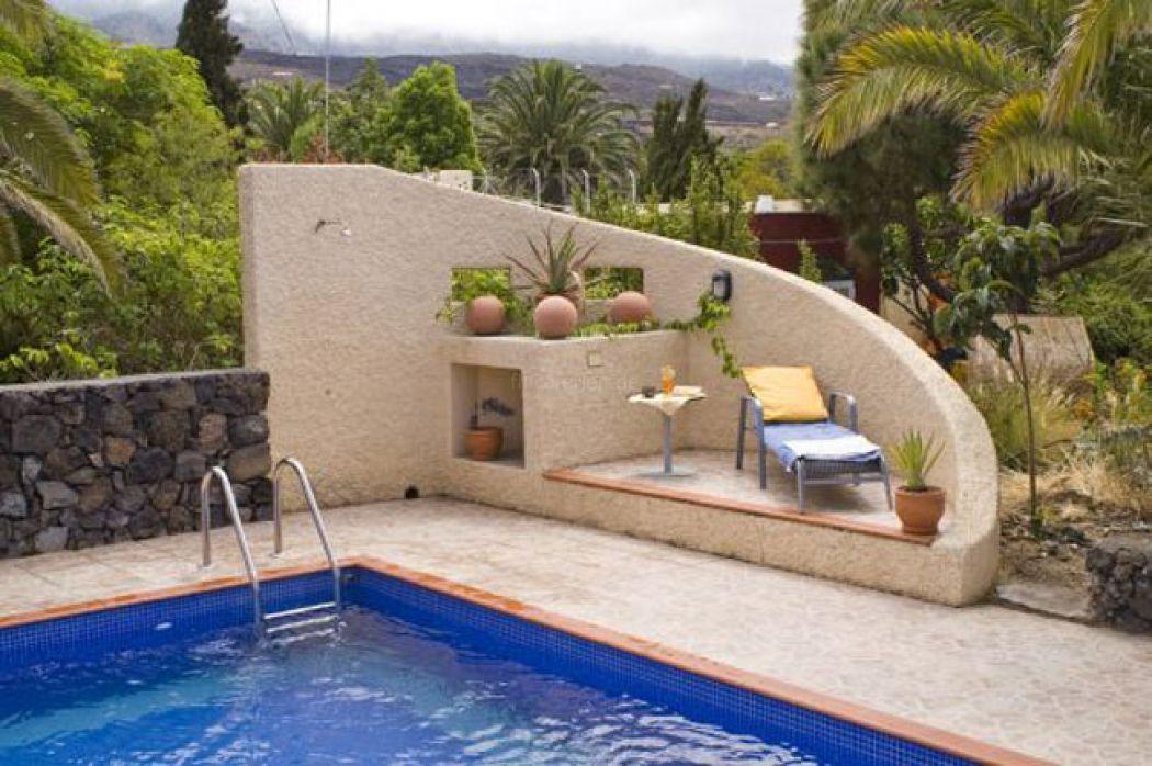 Miniplatz am Pool schöner wär es mit der Mauer farblich