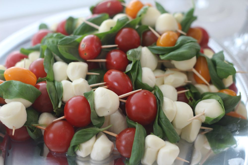 Kesäjuhlien täydelinen menu suolaisille ja makeille herkuille. Parhaasta pöydästä löytyy raikasta, ruokaisaa ja kaunista tarjoiltavaa.