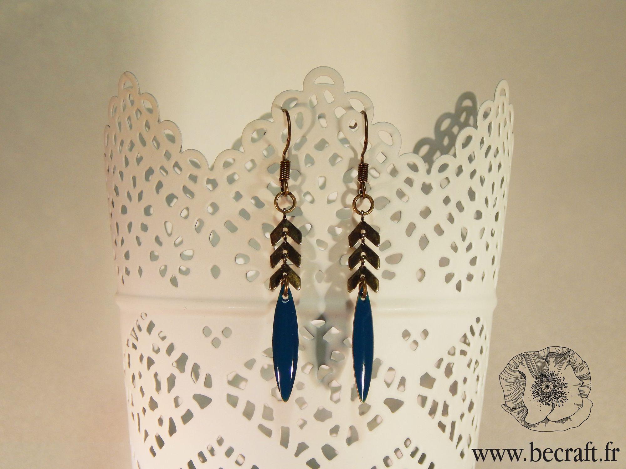 https://www.facebook.com/BeCraft79/?fref=ts Boucles d'oreilles de couleur bronze avec chaîne épi et sequin métal émaillé bleu canard. Longueur : 5,6cm Vendues avec des embouts en silicone - Sans nickel référence : 1478