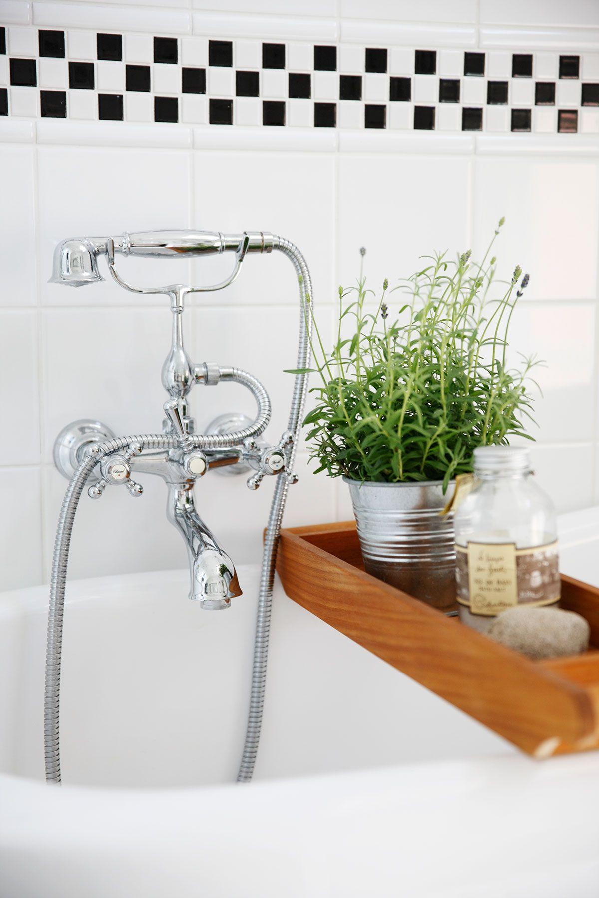 Damixan vanhanaikainen suihkuhana sopii hyvin tassuammeen pariksi. Tiikkinen ammeteline on ostettu Stockmannilta.