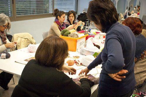 Punt i a part.espai on aquelles persones que fan mitja, ganxet, brodat o algun altre tipus de labor tèxtil poden compartir els seus coneixements i experiències Catalunya