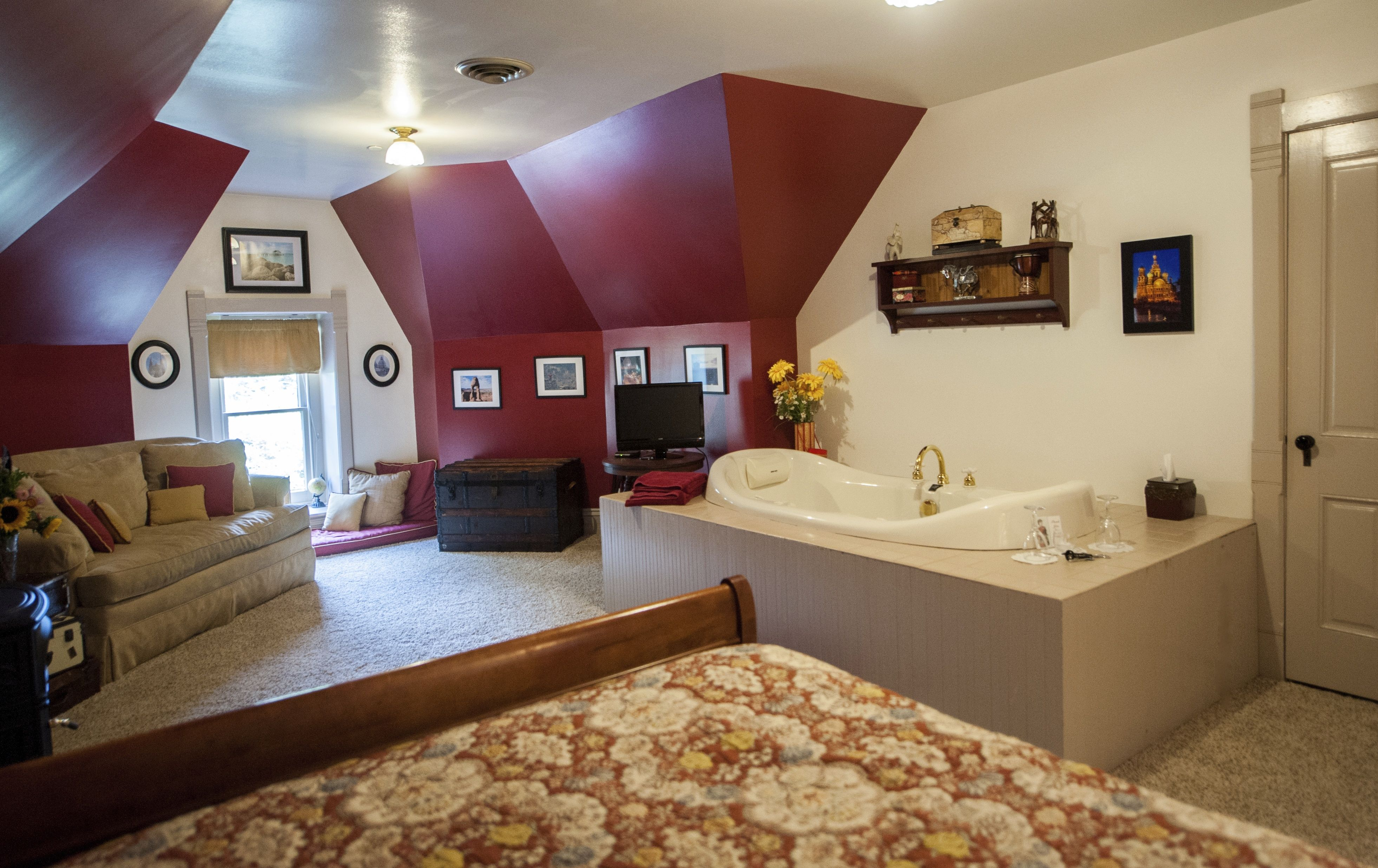 grand tour room queen sized bedroom jacuzzi tub great