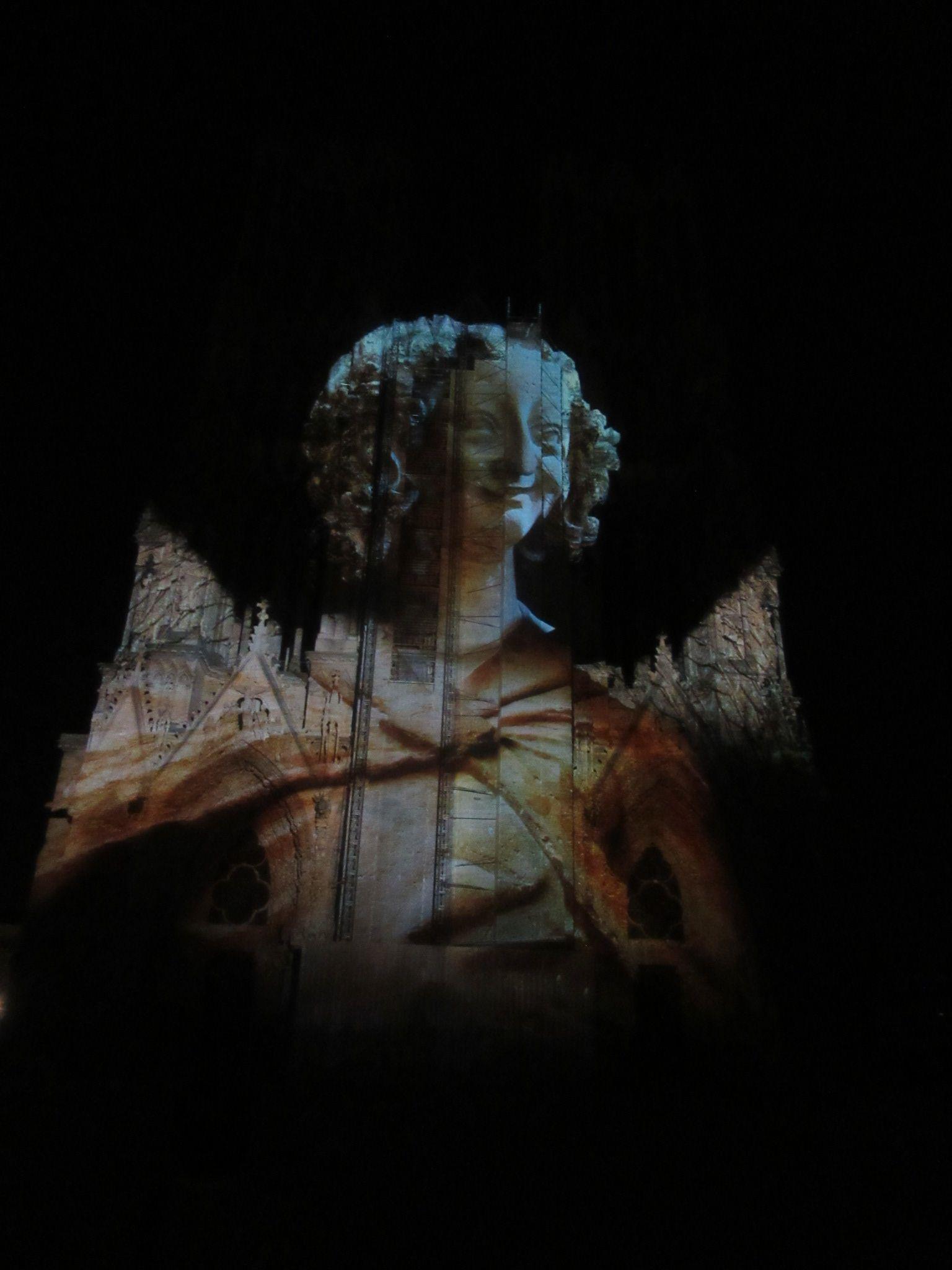 O espetáculo de luzes - Revê de Couleur - na Notre Dame de Heims, na região de Champanhe, na França, transporta o espectador a uma outra dimensão da matéria, aquela, na qual a tecnologia comunga com a arte. http://www.pan-horamarte.com.br/blog/viaje-em-outra-dimensao-nas-luzes-de-notre-dame-de-reims/