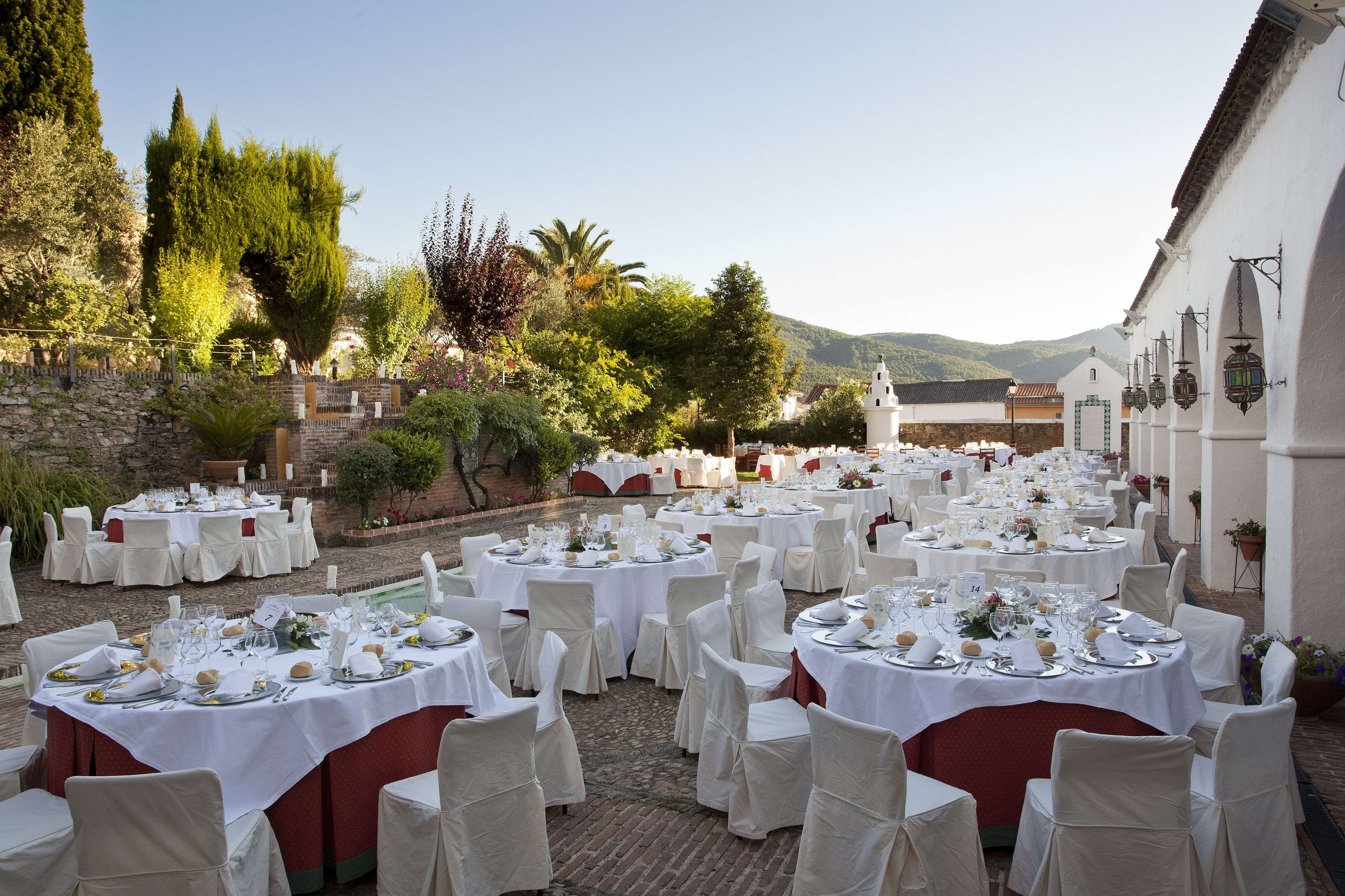Banquete de boda al aire libre en el patio del Parador de Guadalupe #weddingvenues #bodas #weddings #tendenciasdebodas