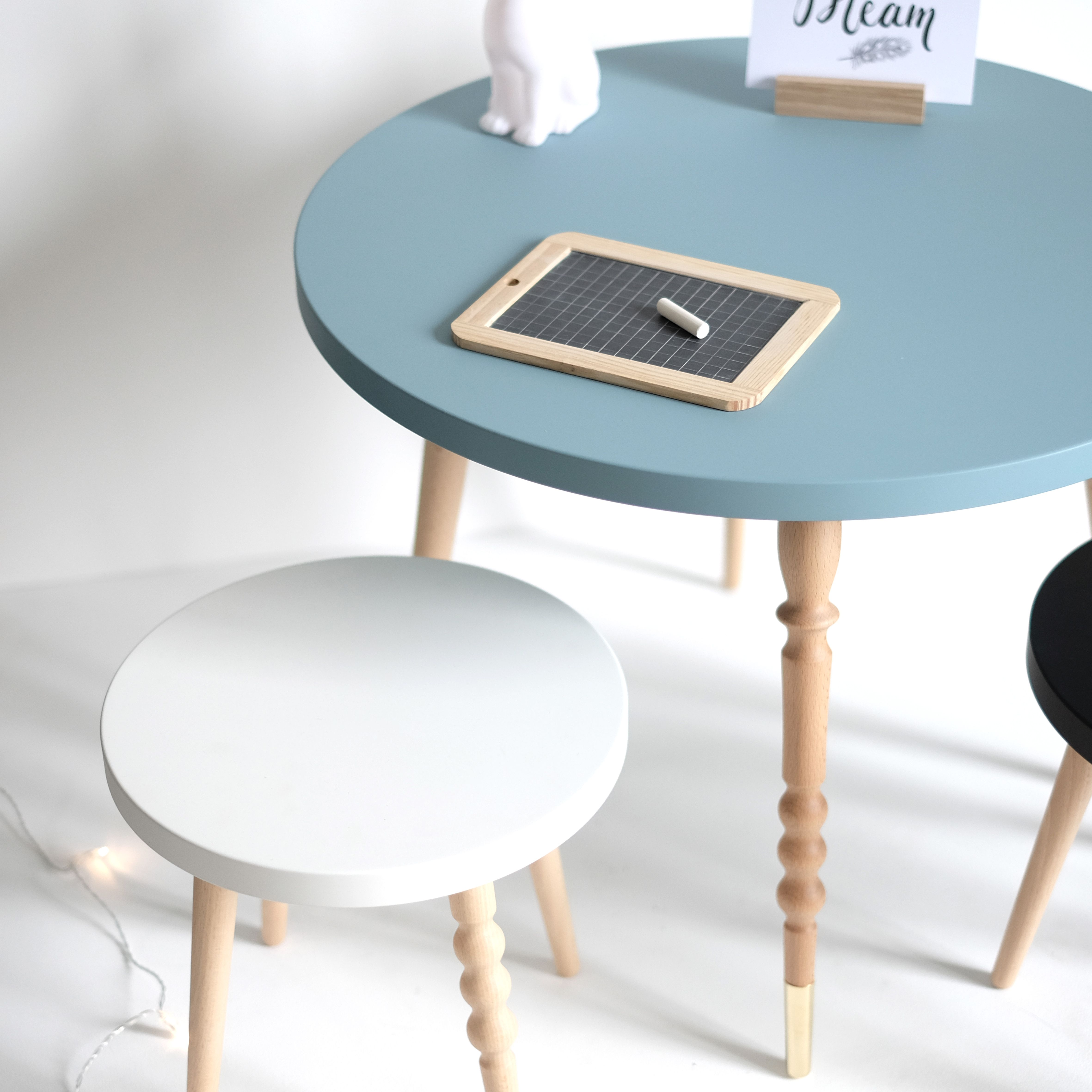 bureau enfant table basse en hetre coloris bleu avec tabouret pouvant servir de bureau ou de table pour jouer pour table enfant table basse table basse design