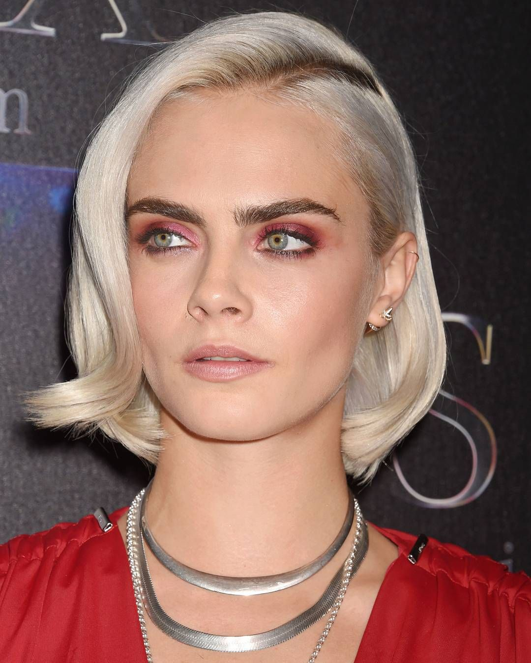 "17.2 mil Me gusta, 115 comentarios - Elle Magazine (@elleusa) en Instagram: ""Red eyeshadow? Absolutely. Extra points if it matches your outfit like @CaraDelevingne 🙌"""