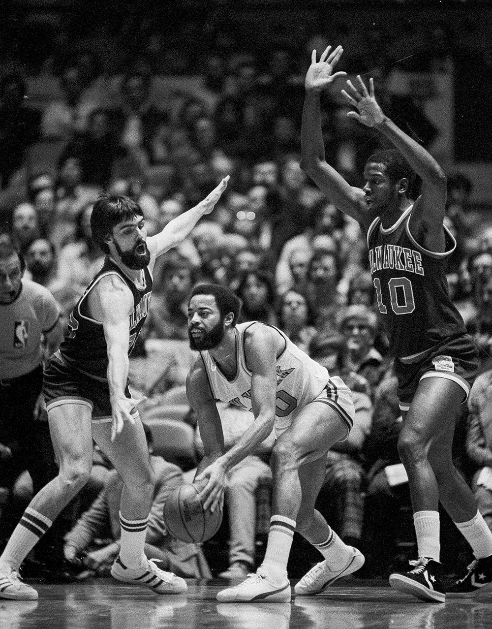 Bob Dandridge All time Milwaukee Bucks guarding NYKnick Walt