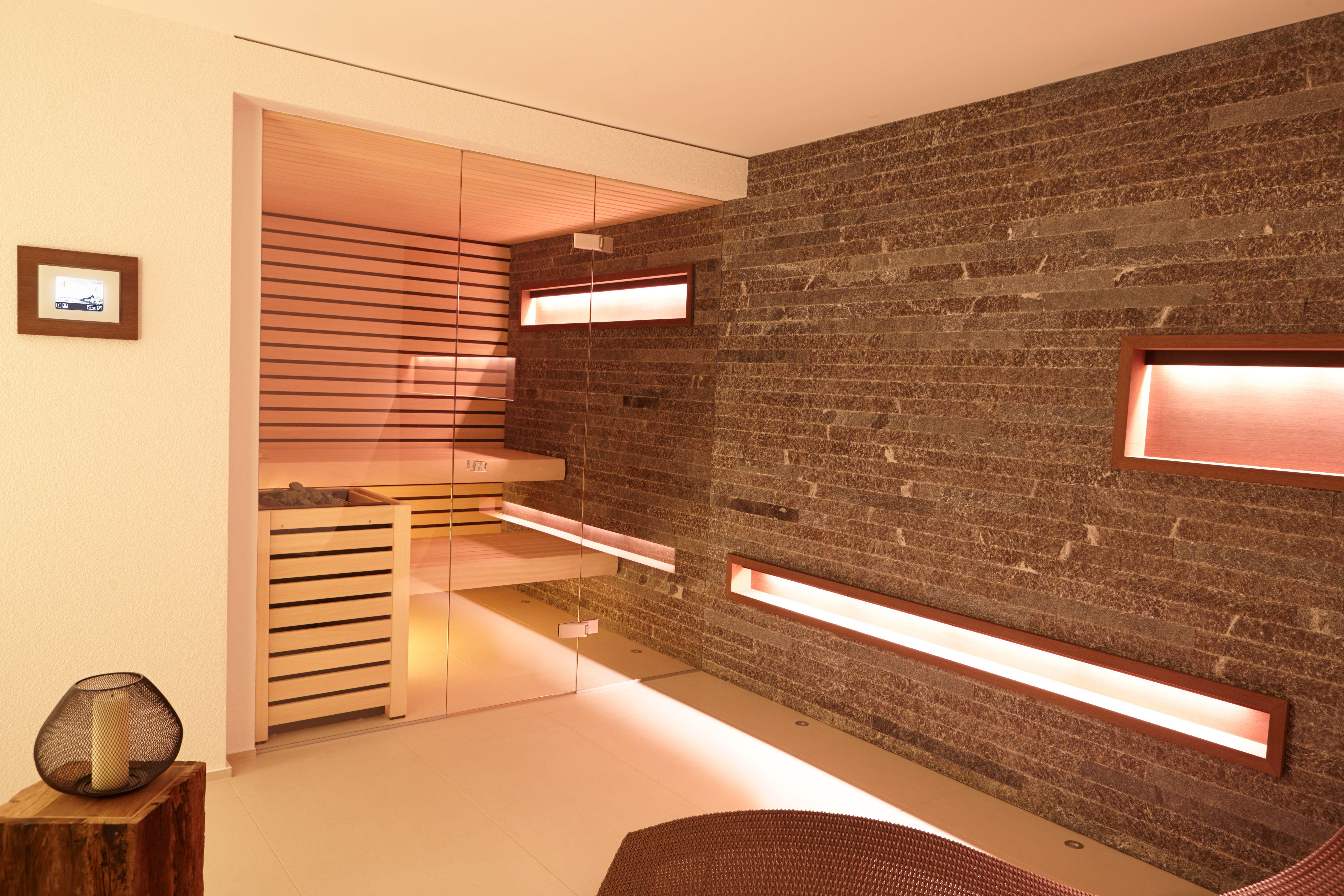 Sauna Mit Durchgängiger Steinwand #Erdmann #Sauna #ErdmannSaunabau  #ErdmannExklusiveSaunen #Stein #Glas #Wellness #Spa