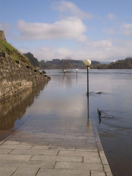 Foto a concurso en #categoría #Reportaje del Concurso de Fotografía Elfoton.es #elfoton14 @elfoton_es www.elfoton.com Usuario: sasa72 (España) - El desbordamiento del rio Miño - Tomada en Pontevedra (Salvatierra de Miño) el 23/01/2014