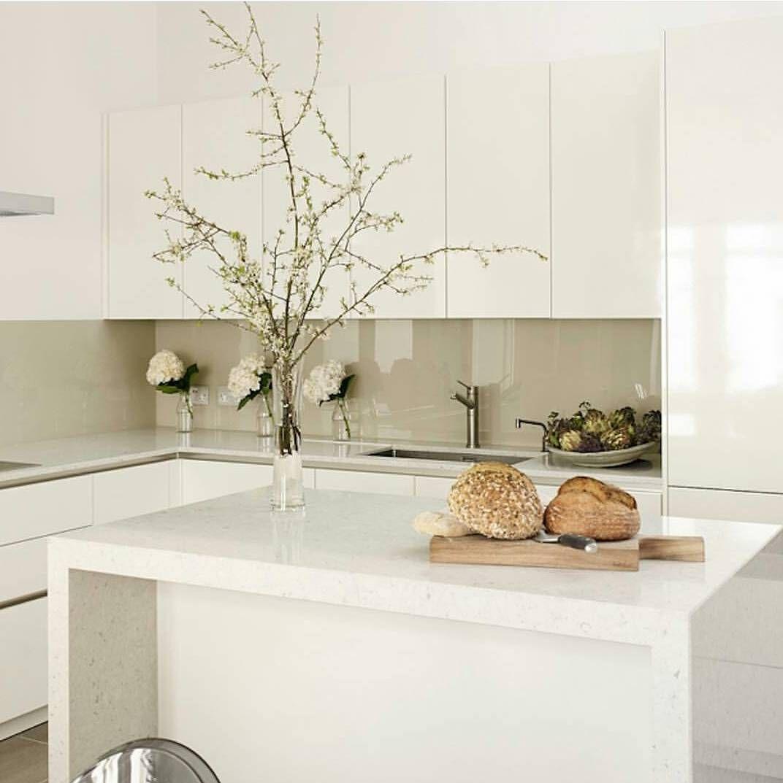 | KITCHEN | Cozinha super estilosa toda em laca branca com revestimento de vidro na parede. by daniramos.interiores
