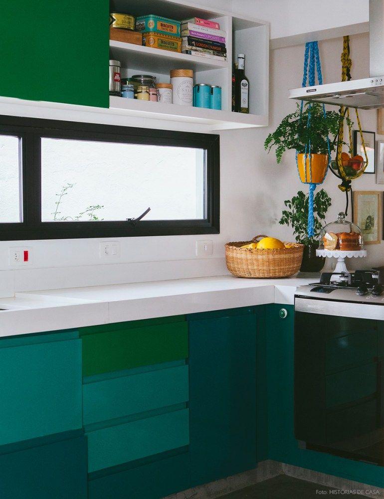 Janela da cozinha resumida (já que o resto é tudo vidro) para mini dispensa em armário em cima. Tomadas bem localizadas!