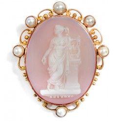 Wien um 1880: Achat Gemme als Brosche: Eine Muse, Gold & Perlen, cameo brooch