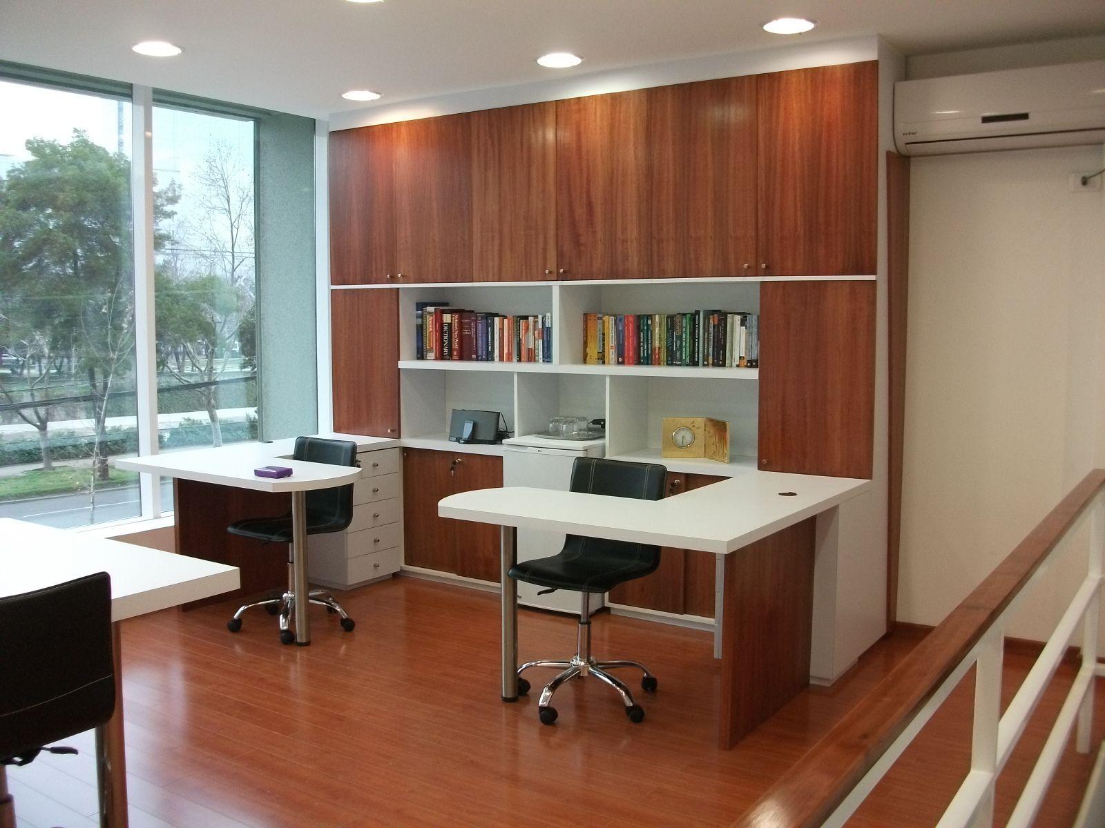 Biblioteca con puertas enchapadas en madera natural dos for Cocinas integrales negras