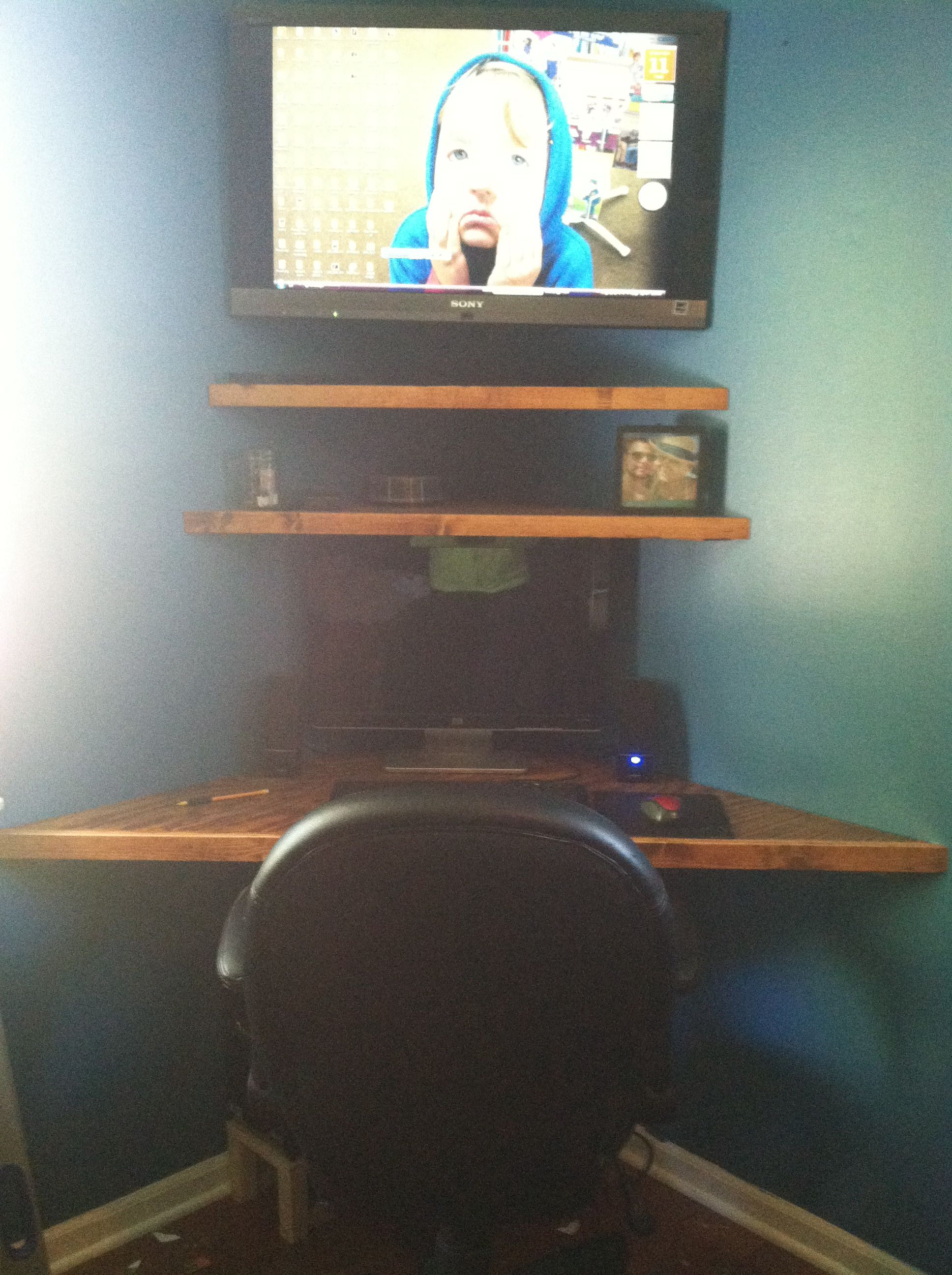 Floating corner desk to maximize space projects i have - Corner desk for small space ...