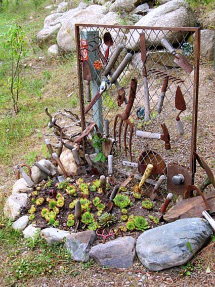 How To Display Vintage Tools In The Garden Old Garden Tools Rusty Garden Flea Market Gardening