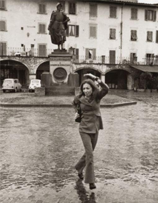 Oriana A Greve In Chianti Davanti Alla Statua Di Giovanni Da Verrazzano Foto Oriana Fallaci Foto Foto In Bianco E Nero Disegni Per Poster