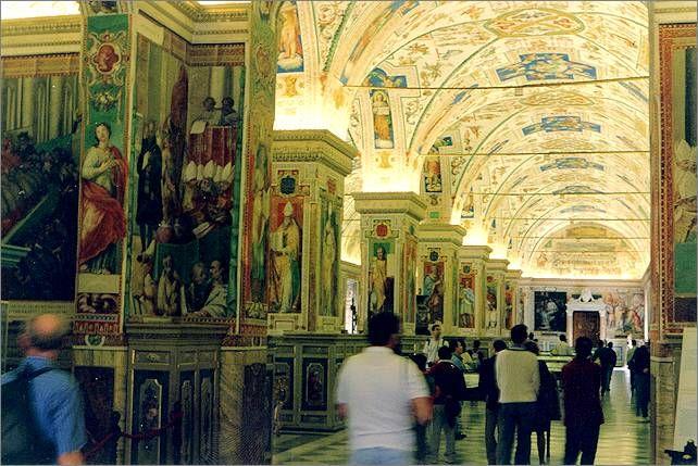 """Der """"Salone Sistino"""", der Saal der Vatikanischen Apostolischen Bibliothek, mit einem Bestand von zwei Millionen Büchern, Handschriften, Karten, Stichen und Münzen."""