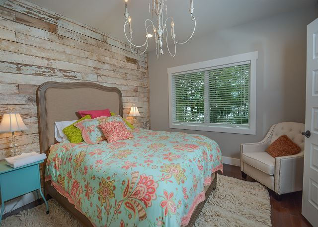 Casa Bella At Deep Creek Lake Offers Vacationers Beautiful Bedroom Decor Love The Reclaimed Wood Acce Beautiful Bedroom Decor Bedroom Decor Beautiful Bedrooms
