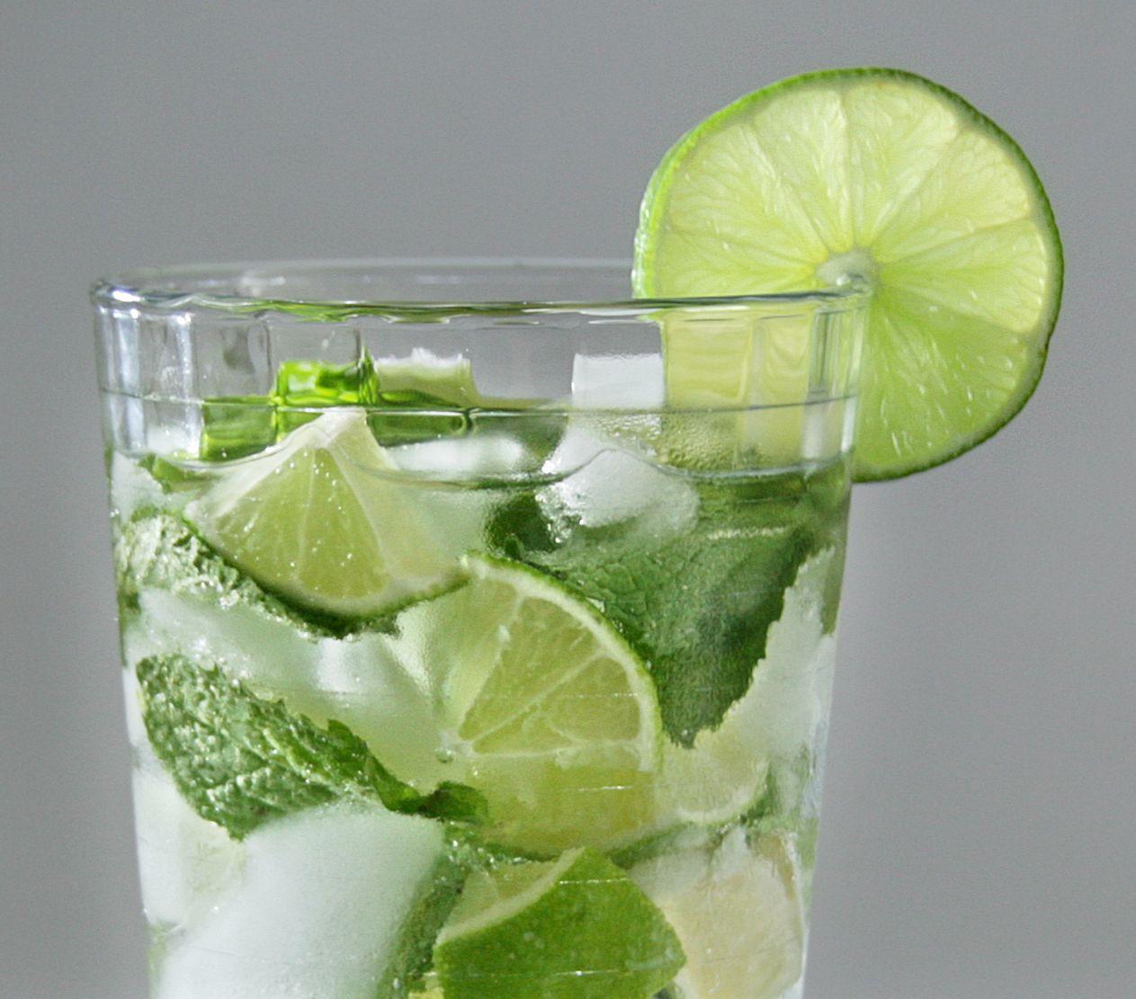 DIY. Mit Wasser. Regelmäßig und ausreichend Wasser zu trinken, tut unserem Körper einfach gut. Zu einem vielfältigen Genuss kann Wasser werden, wenn es mit natürlichen Aromen (z.B. von  Himbeeren oder Limetten oder mit Kräutern (z.B. Minze) kombiniert wird.