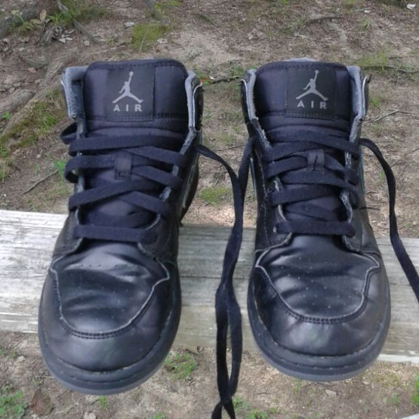 ed3b4ccb0 This is a used pair of Nike Air Jordan 1 Mid Retro boy s basketball shoes  size 5 youth. They are black and gray leather high top shoe s.