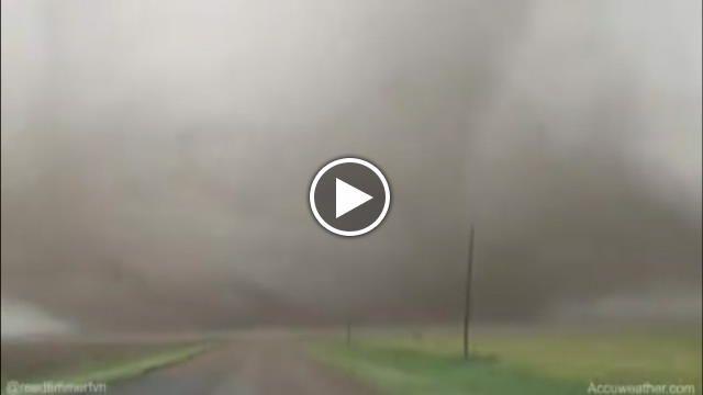 Il cacciatore di tornado Reed Timmer ha filmato un vortice enorme nelle vicinanze della città di Dodge City, in Kansas, Stati Uniti. Una zona...