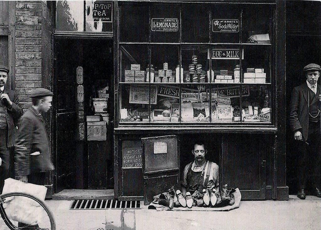 The smallest shop in London-a shoe salesman with a 1.2 square meter shoe store. 1900