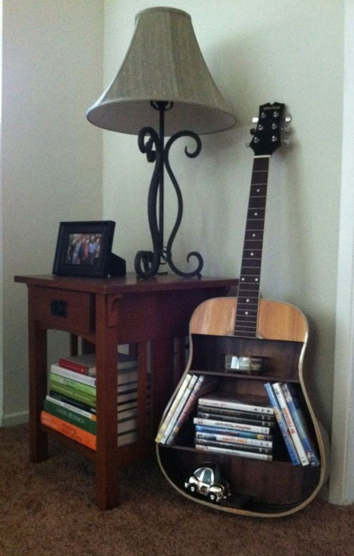 upcycling ideen dekoideen deko ideen wohnzimmer ideen diy ideen kreativ gitarre b cherregal. Black Bedroom Furniture Sets. Home Design Ideas
