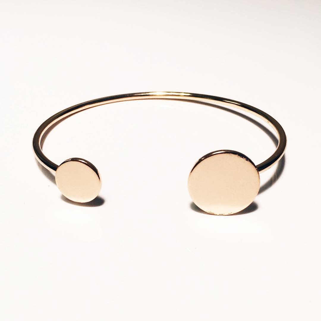 A minimalist gold cuff with disc detailing on either end. ✨⚪️ .  #ynsdavidson #bracelet #gold #jotd #jewelry #fashionjewerly #jewelswag #instajewelry #dailyjewelry #chic #modern #daily #cuff #whattowear #unique
