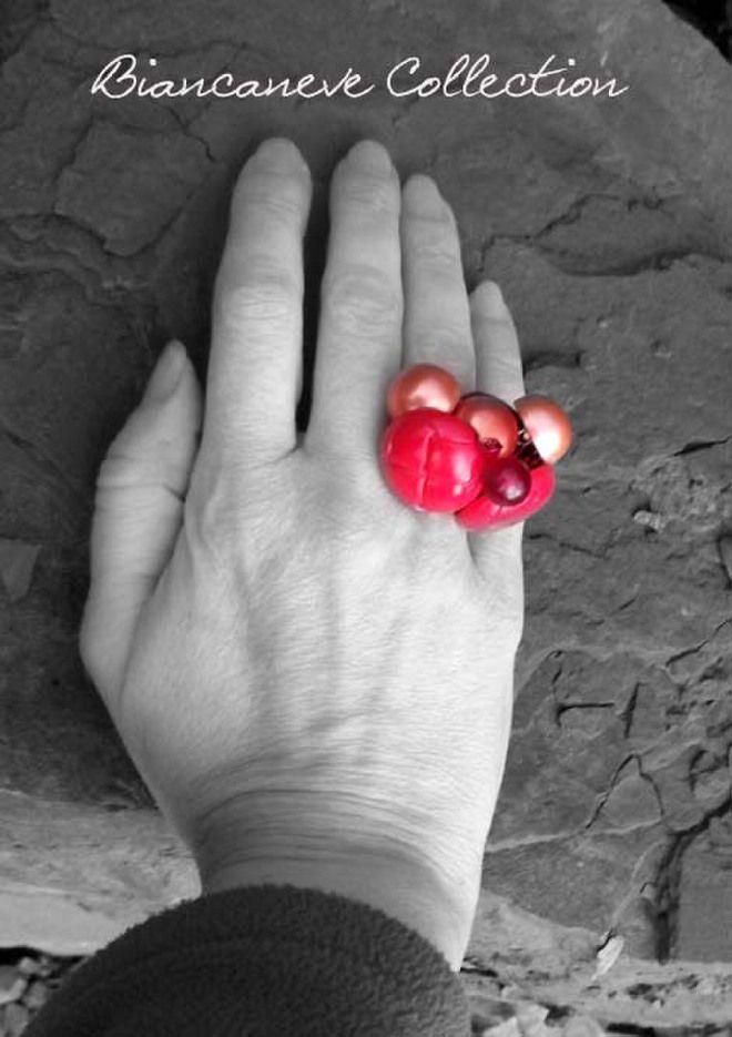 Anello di bottoni rossi a perla
