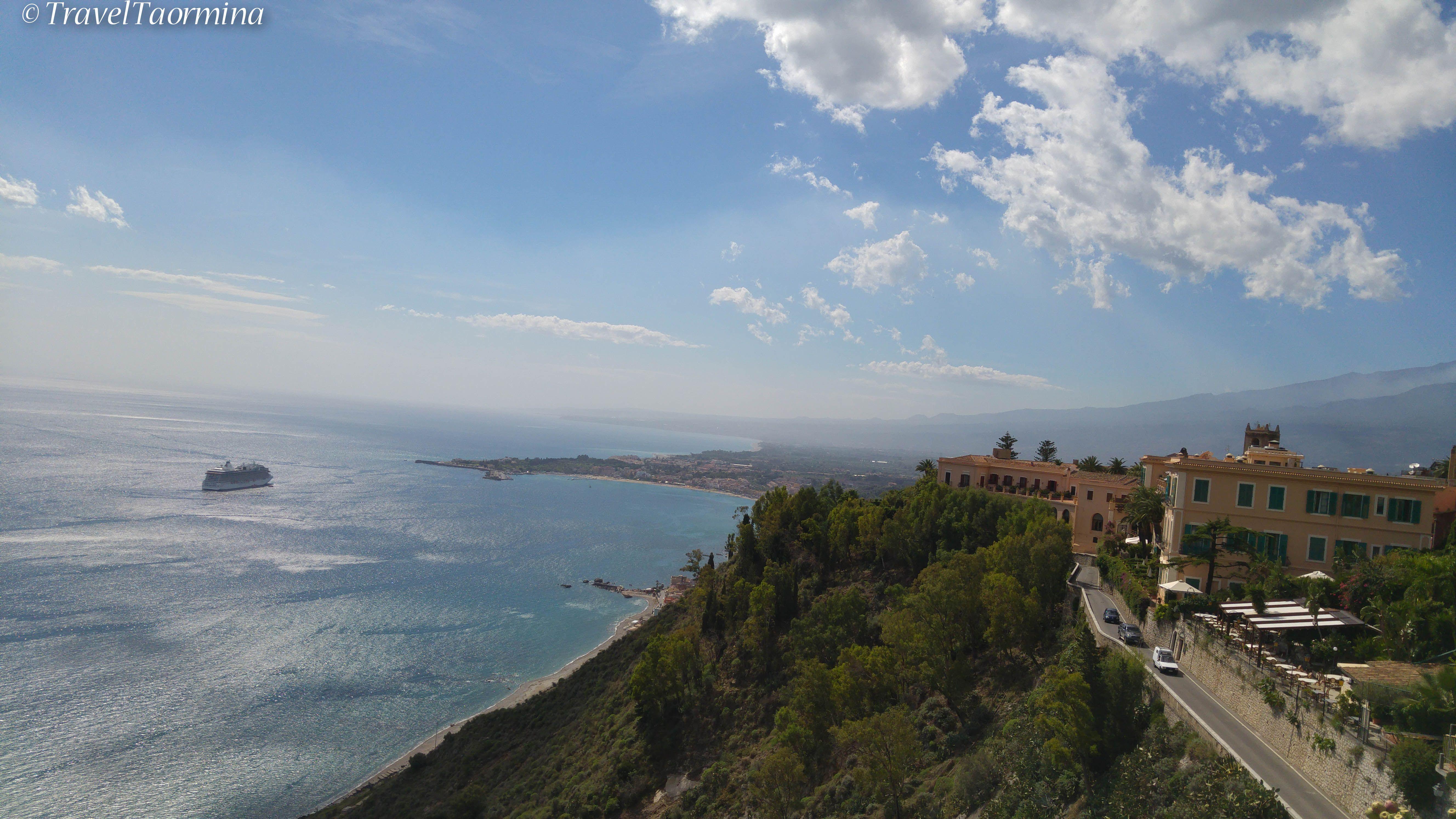 Taormina, Veduta sul mare, porto di Giardini ed Etna. (con