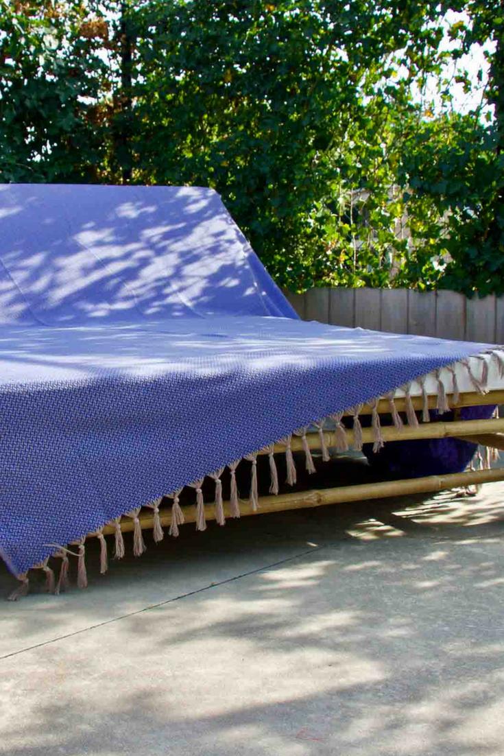 Blauwe grand foulard. Deze heerlijke katoenen grand foulard is geweven in  de kleuren blauw met ff6974f43c2