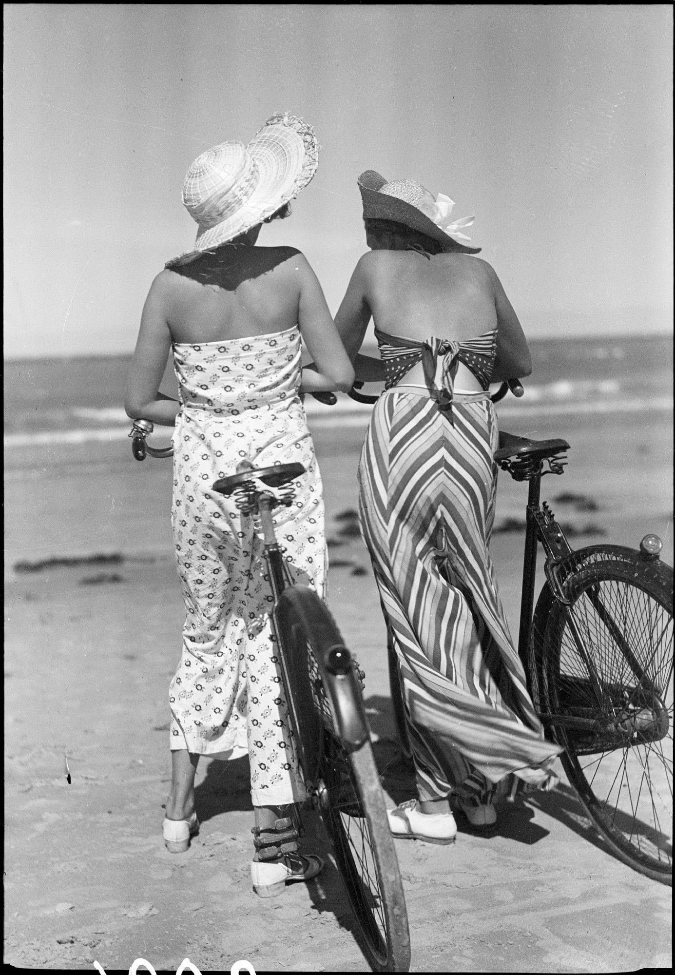 Kvinder på strand | Türck, Sven fotograf. National Library of Denmark. CC-BY-NC-ND
