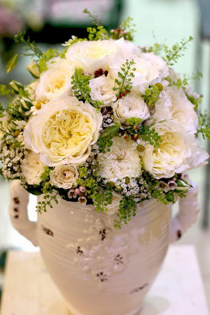 Biela svadobná kytica z anglických ruží a kamiliek