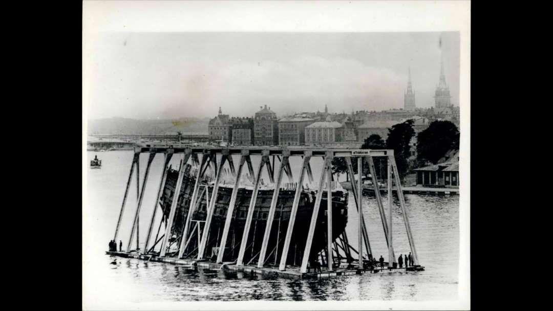 1628 lief das Schlachtschiff Vasa in Stockholm zur Jungfernfahrt aus. Es sollte das Flaggschiff der schwedischen Flotte im Dreißigjährigen Krieg werden. Doch die majestätische Vasa sank nur einen Kilometer und 20 Minuten nach ihrem Start. Bergungsversuche nach ihrem Untergang scheiterten. Der Unterwasserarchäologe Anders Franzén suchte seit 1951 nach der die Vasa, 1956 stieß er schließlich im nahen Hafenbecken der Stadt auf das erstaunlich gut erhaltene Wrack. 1961 gelang die spektakuläre…