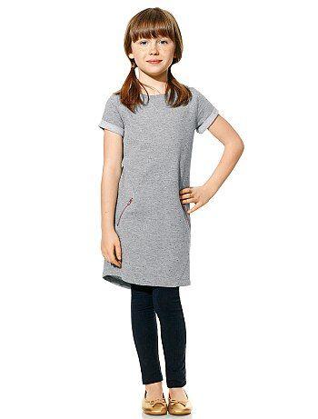 Très classe, cette petite robe grise légèrement pailletée, à porter sur des leggings - 9 € http://www.kiabi.com/robe-molleton-mouchetee-effet-paillete-fille_P430717#C430716