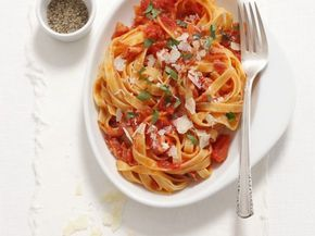 Nudeln mit scharfer Tomaten-Speck-Sauce (Amatriciana) ist ein Rezept mit frischen Zutaten aus der Kategorie Fruchtgemüse. Probieren Sie dieses und weitere Rezepte von EAT SMARTER!
