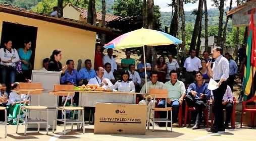 Santander hoy web: Mobiliario y ayudas educativas por más de $87 millones, entregó el gobernador en zona rural de San Gil.