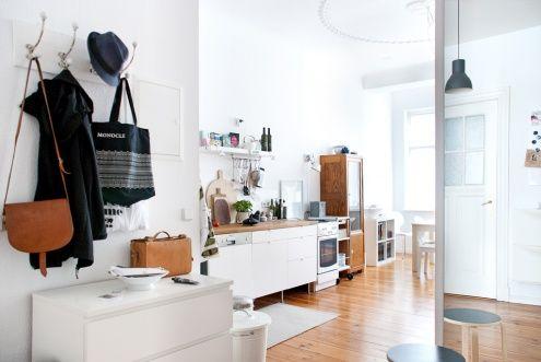 Blick in die Wohnküche, Tags Altbau + Flur + Küche + Wohnküche