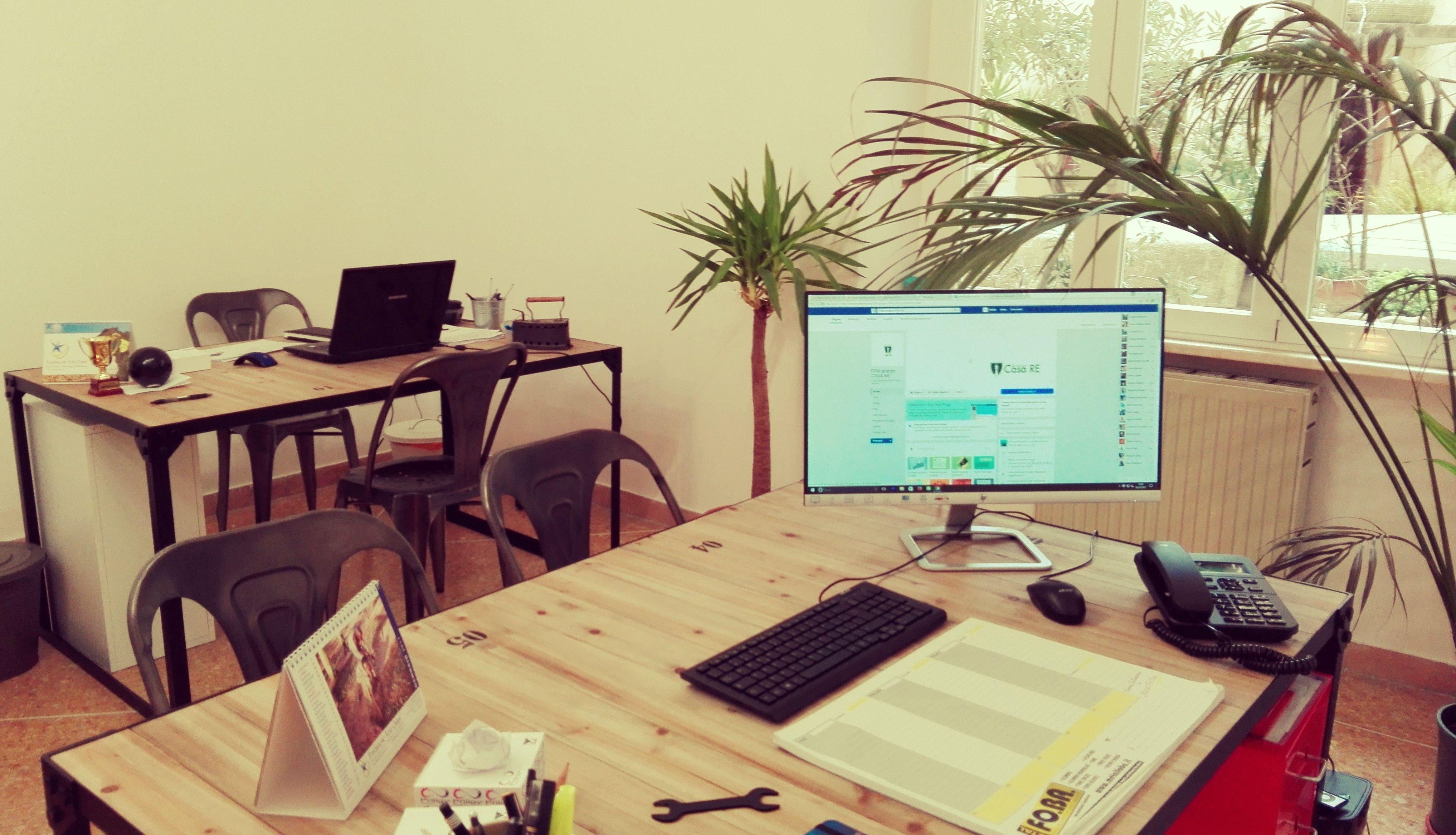 zona ufficio - lo stile industriale che abbiamo usato per questa parte della nostra agenzia oltre ad unire vetro e ferro, accosta un altro materiale che rende l'ambiente più caldo non facendolo risultare impersonale e freddo.