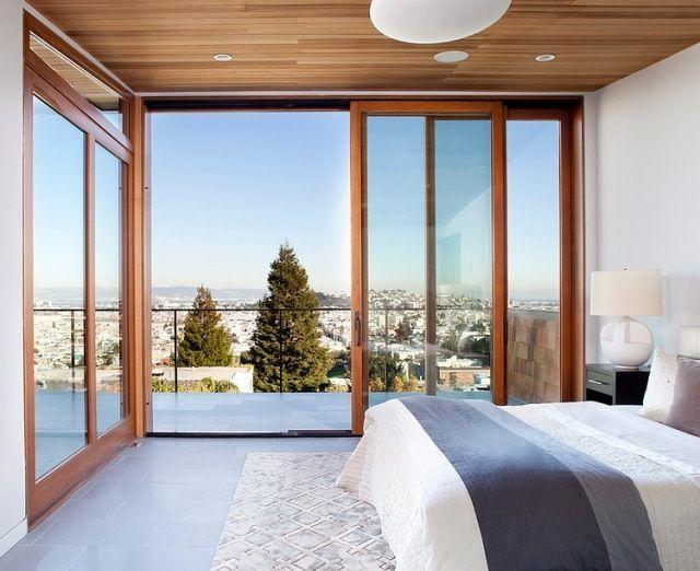 schlafzimmer fensterfront holzdecke graue bodenfliesen holz ...