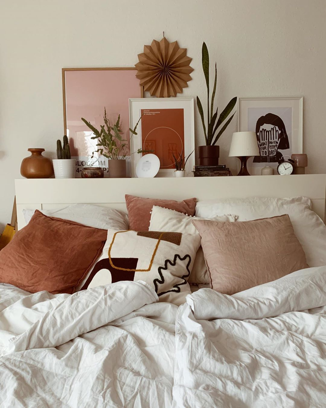 """Photo of n a d i n e på Instagram: """"Moinski. En stund nå vil jeg krydre soverommet med litt maling på veggen og faktisk en ny seng, bare … """""""