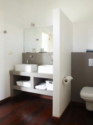 2 wasbakken en die ruimtes eronder kleine badkamer, heel handig, Badkamer