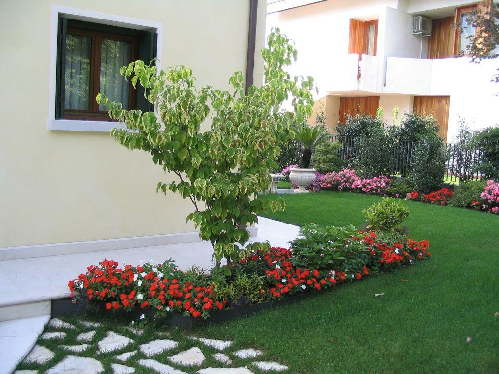 immagine progetto piccolo giardino con fioriture