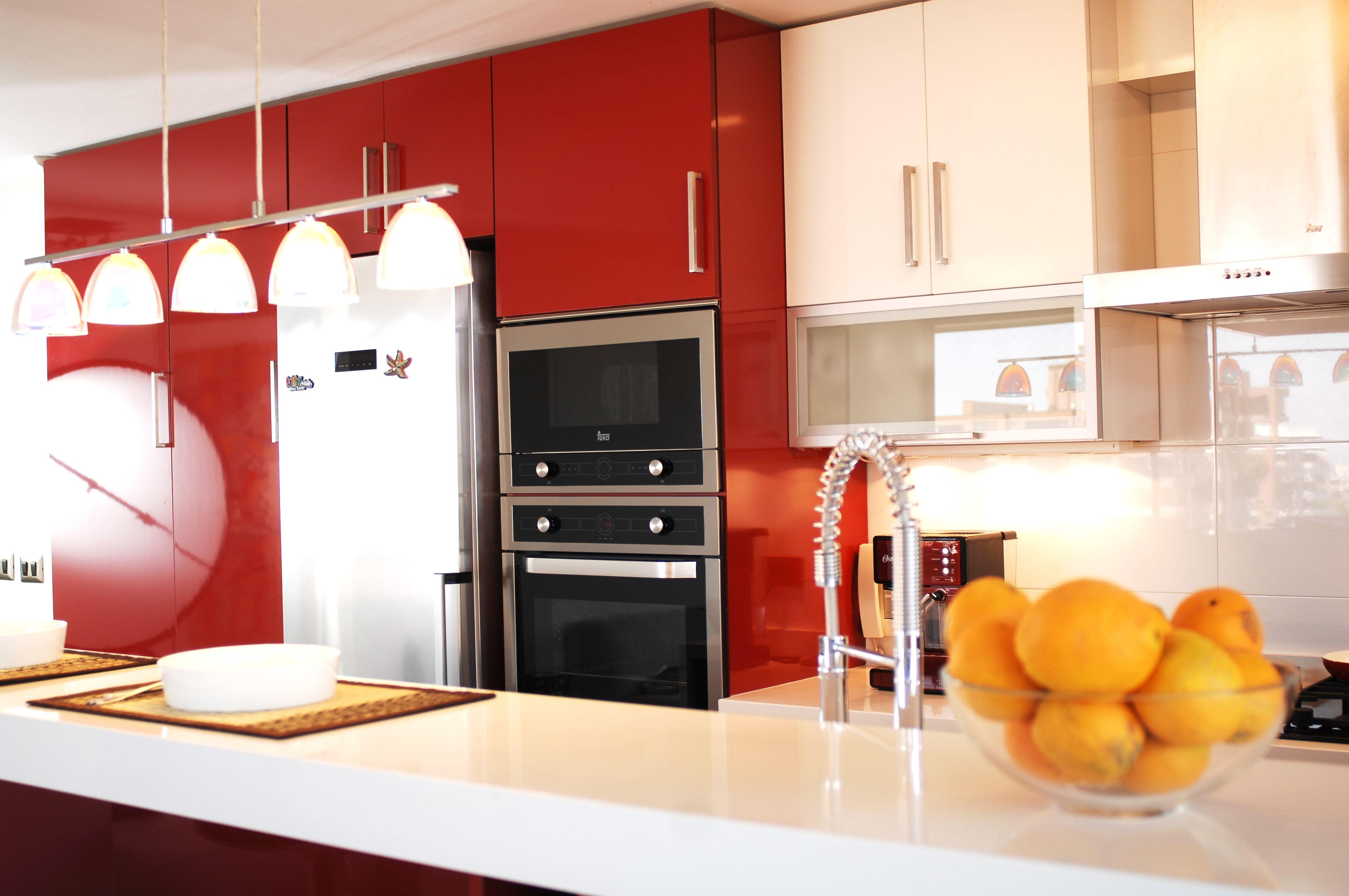 Cocina moderna, muebles alto brillo, artefactos Teka, lámparas Eglo ...