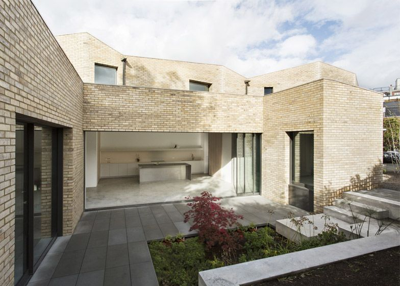 London Home Featuring Pale Brick Walls A Sunken Concrete Floor And Bronze Embellishments Architecture Architecture House Big Houses