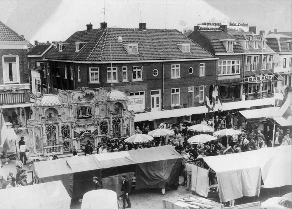 Veghel Markt met op de hoek Chateau Rouge - eigenaresse is moeder van Barry Hay-