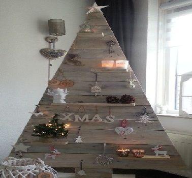 Avec des planches de bois, ce sapin de Noël en bois arbore un look déco