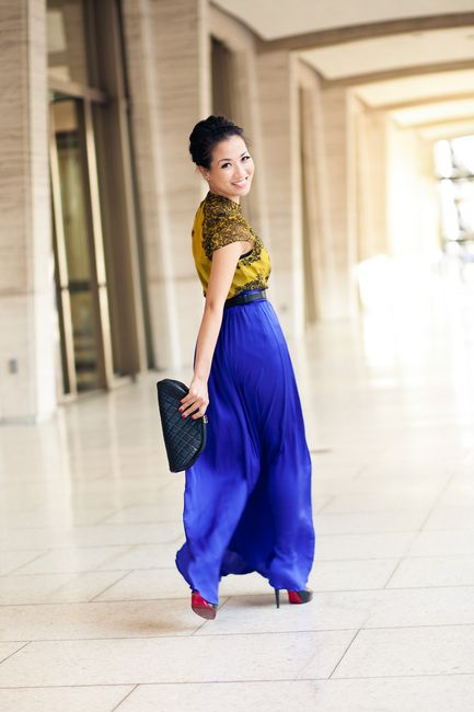 Royal blue and yellow.  Great combination.  And those shoes!