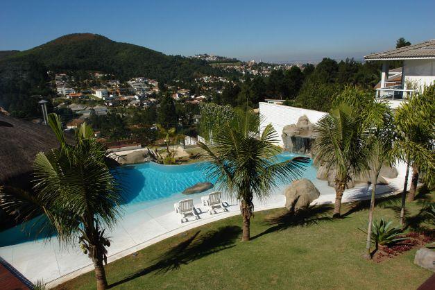 Revestida com cristal pool, a piscina desta casa parece mais uma praia cristalina